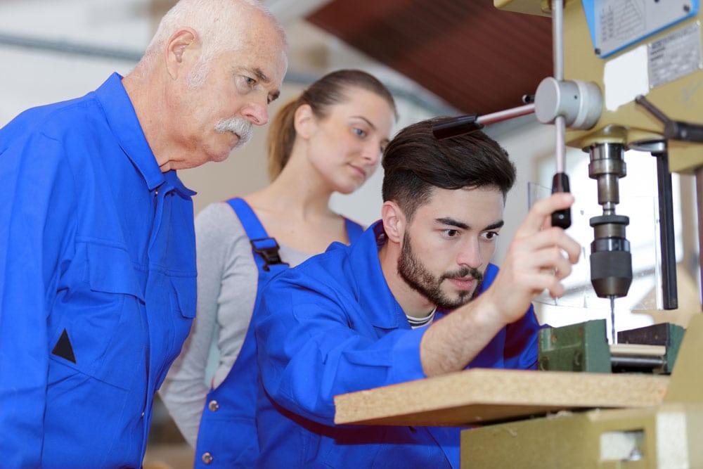 Wissensweitergabe an der Holzverarbeitungsmaschine