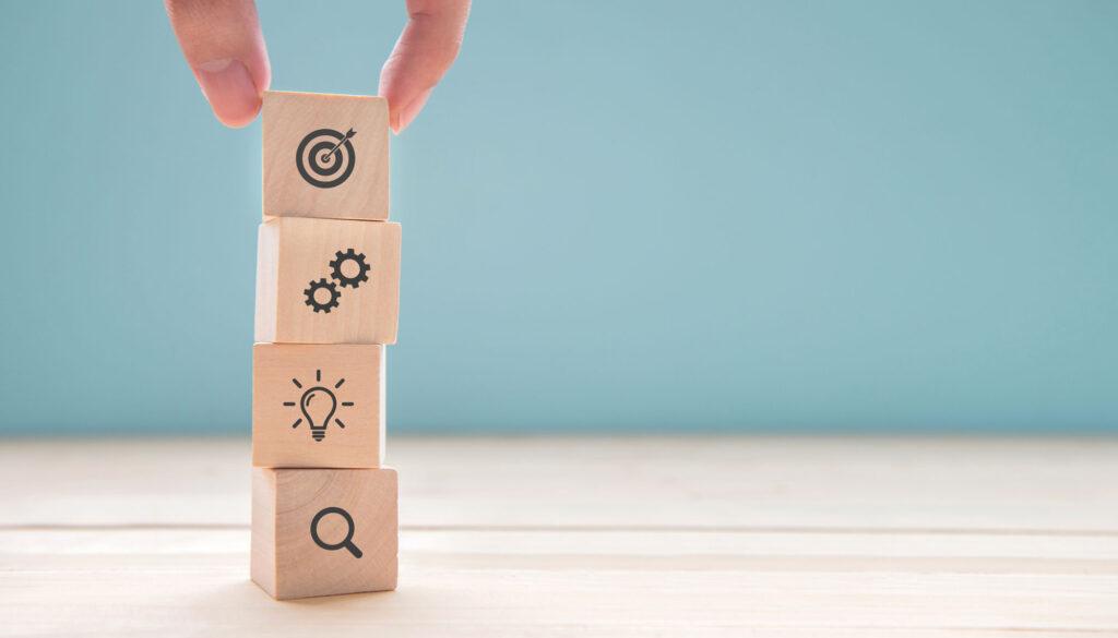Projektmanagement: Blöcke mit Symbolen fürSuche, Idee, Werkzeug, Ziel